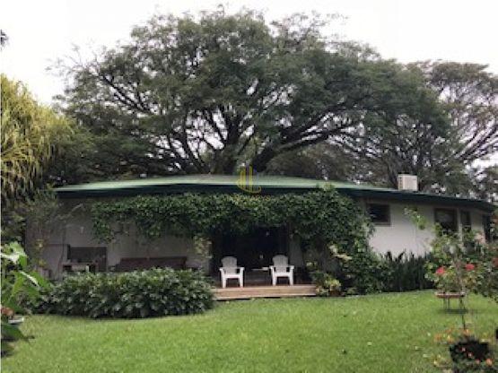 En venta casa de una planta rodeada de jardines, Brasil de Santa Ana