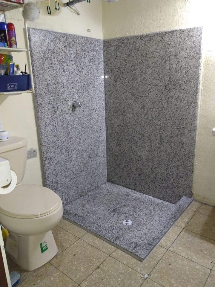 Baño de piedra natural en granito gris imperial