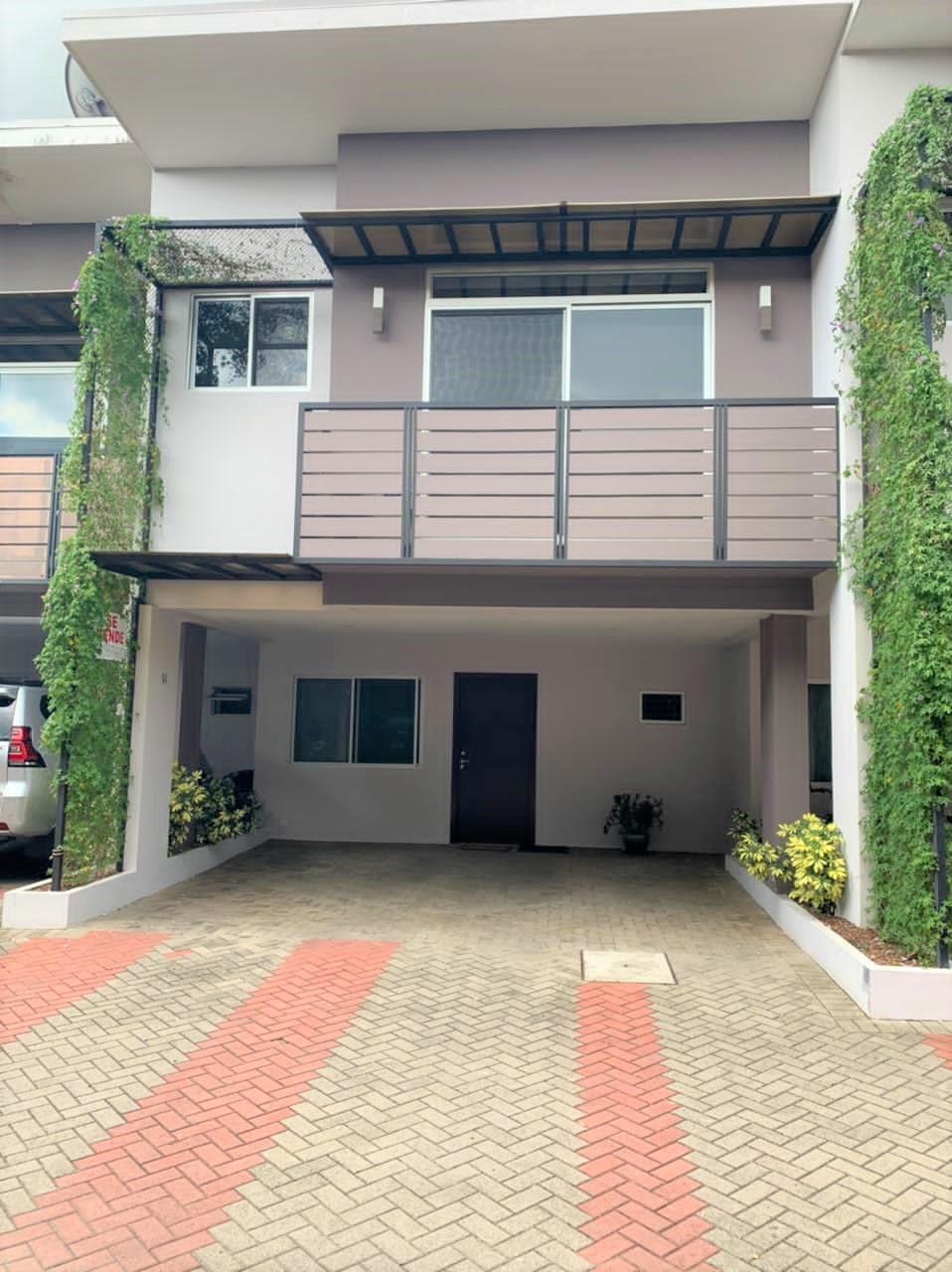 Casa de dos plantas en venta, Condominio Sol Park. Pozos de Santa Ana