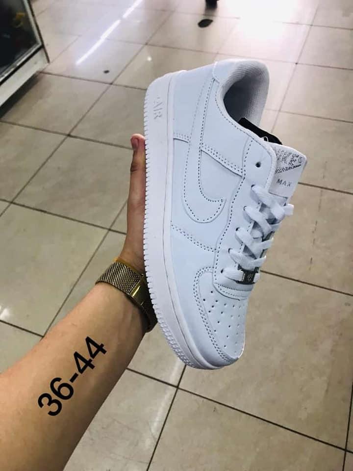 Nike Air Force detalle de letras plateadas